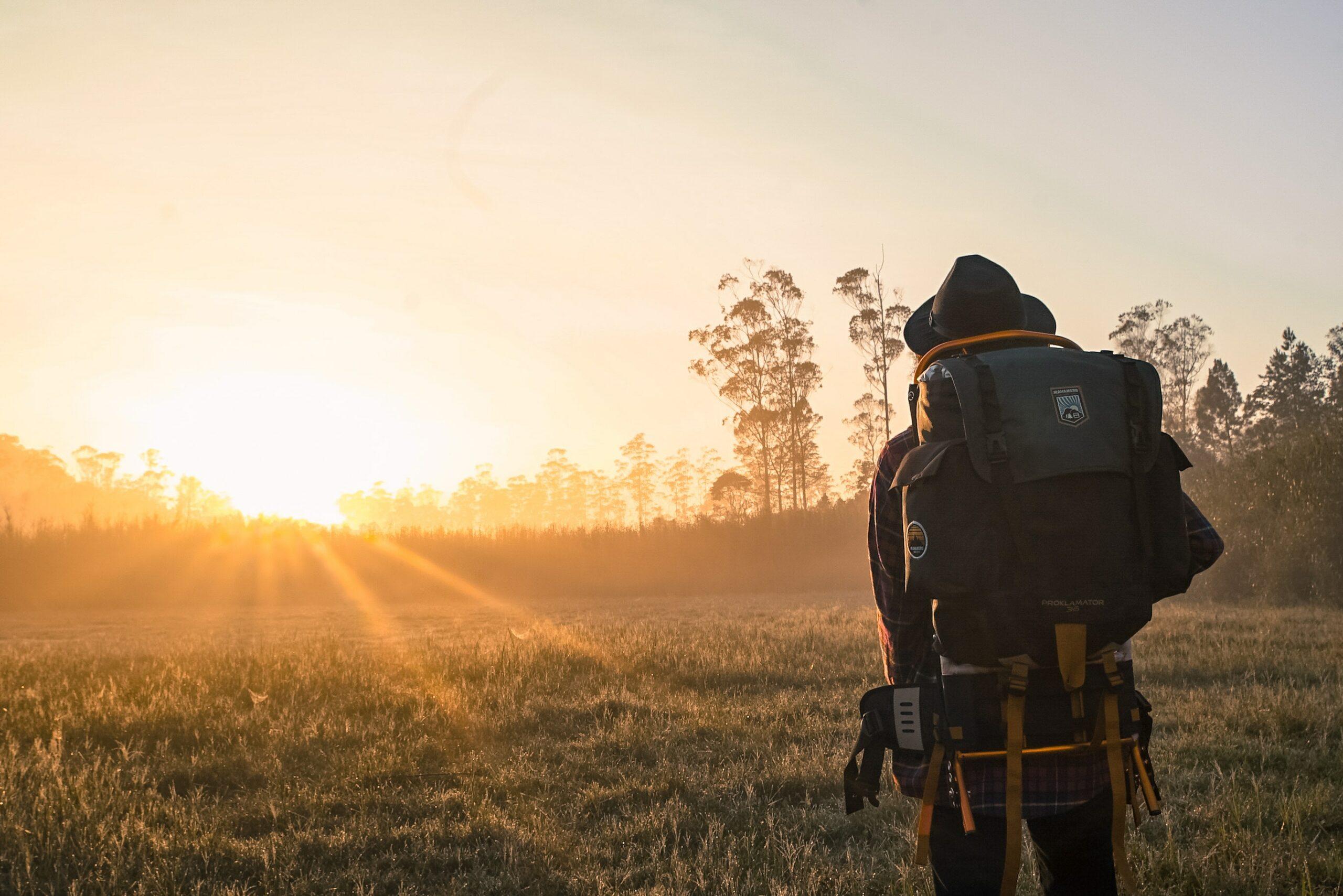 slow tourisme backpack paysage sunset